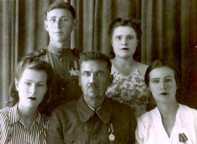 сентябрь 1946 г. мои родные фронтовики (из семейного архива)