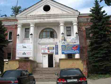 колоннады офисного центра. со стороны смотрится как Дворец Культуры