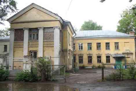 обычная больница с колоннами для окраины