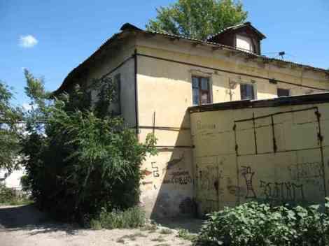 ул. Структурная, к дому прислонили гараж