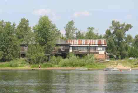 домик егеря на месте затопленного поселения сохранился до сих пор