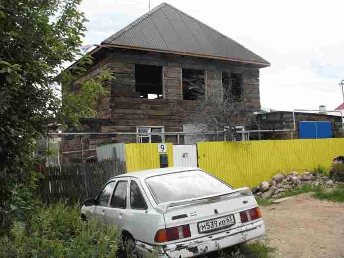 еще не достроили дом и мастерские, а триколор уже повешен