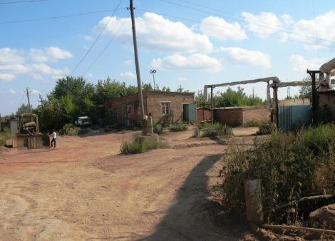 дорога за бульдозером: влево - в поселок Мясокомбинат, вправо - в 5 Поселок Киркомбината