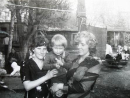 Мать и дочь, весна 1979 г. (справа)