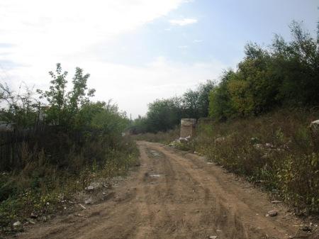 дорога из 4 Киркомбината в 5 Киркомбинат, справа остатки чего-то грандиозного