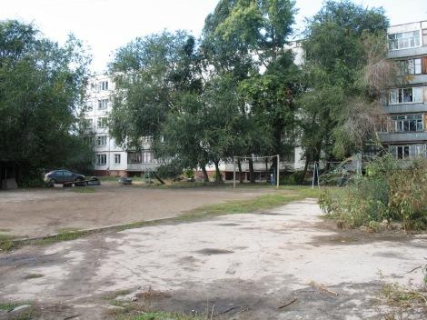 единственная многоэтажка и детская площадка в поселке 5 Киркомбината