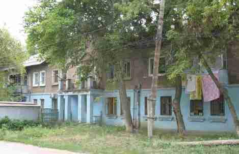 поселить бы чиновников мэрии на месяц в этот дом, где запахи...