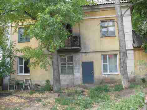 дверь в квартиру прорубили прямо в стене дома