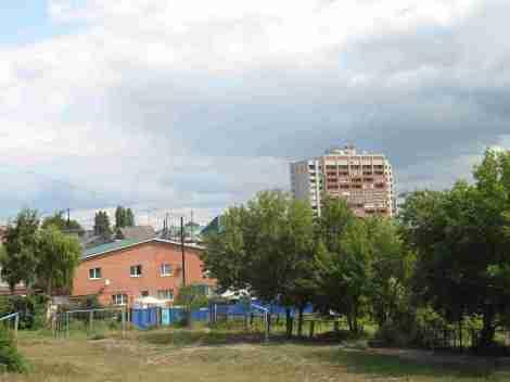 сразу за школьным двором ул. Камнегорской отдельные особняки размером со школу