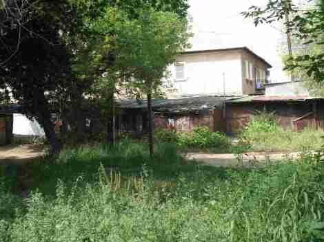 дома и сараи недалеко от школы