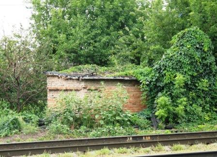 рядом с железной дорогой вот такие руины