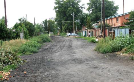 слева - мусор жители частных домов валят на улицу, справа - новый дом, за ним - старая двухэтажка