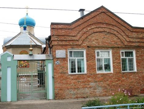 возле храма высажены цветочные клумбы