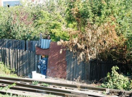 живут они за высокими заборами в двух метрах от железной дороги