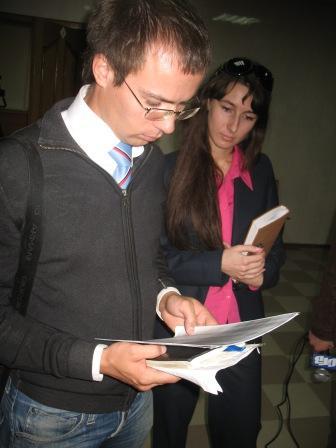 журналисты смотрят документы