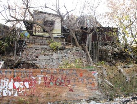 слева от лестницы
