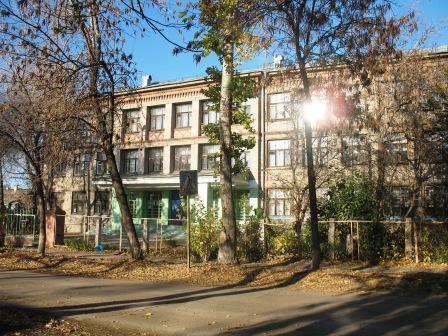 школа №134 в Запанском напротив бомжовника