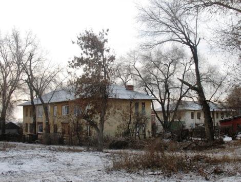 слева одноэтажный белый дом — Луганская 6, 1946 г., в центре — Луганская 8, 1947, справа — Магнитный переулок 26, 1947 год