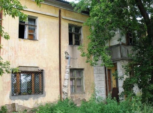 стены своих домов жильцы проломили сами, чтобы сделать самопальную канализацию, которая сливает фекалии под жилые дома.