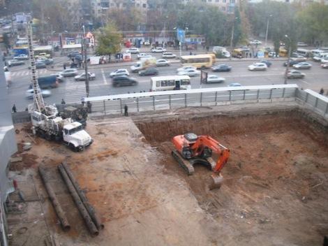 для 3 очереди громадной ТРК вырыли смешную парковку на 300 машин