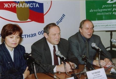 Валерий Хенкин в центре