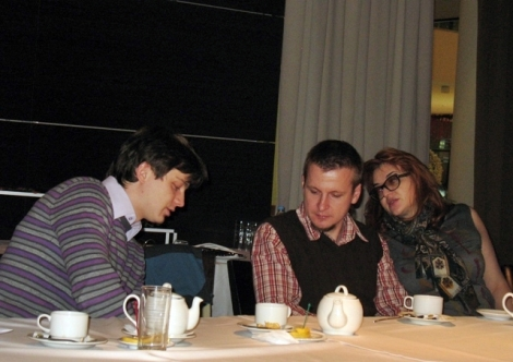 за Павлом Новиковым (в центре) ухаживала Татьяна Шестопалова