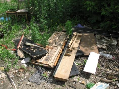 где еще найдешь на улицах разбитые пианино?