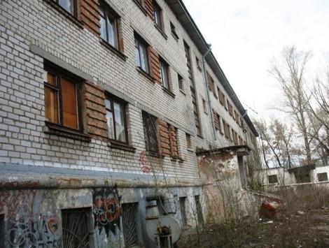 выбитые окна заколочены фанерой