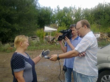Денис Саров опрашивает возмущенных жителей