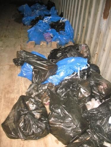 останки складываются в мешки и складируются в контейнер