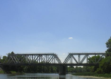 у жд моста
