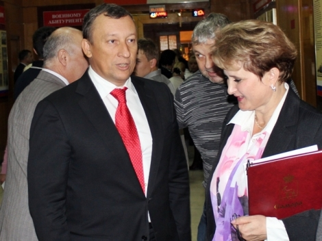 хитрый олигарх Алексей Леушкин за правым плечом Александра Фетисова