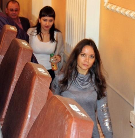 молодых женщин отправляли на балкон