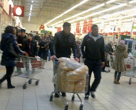 таджики покупают хлеб