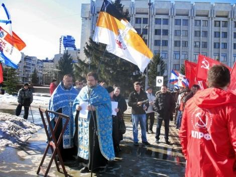 перед началом коммунистического пикета провели православный молебен