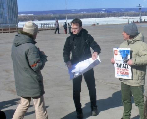 """к пикету """"за бандеру"""" подошли пикетчики против НАТО"""