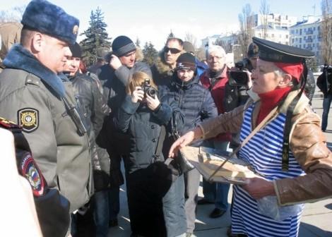 женщина с книгами бывший библиотекарь из Рождествено, ее муж служил на эсминце ЧФ Коминтерн