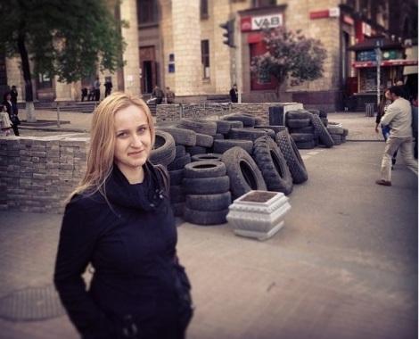 чтобы сняться на фоне груды старых покрышек Ольге Лобойко не обязательно было тащиться в Киев - помоек и в Самаре хватает