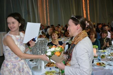 награждение Нины Дюковой за конкурсный пост про энергетиков