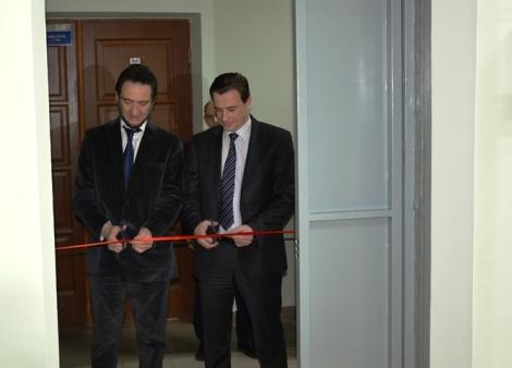 ленточку режут Борис Генгут и Дмитрий Деморецкий