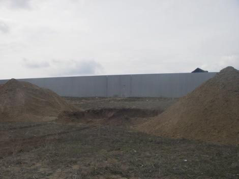 - вырытая 5-метровая яма для сокрытия строительного мусора