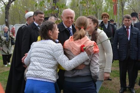 молодежь хочет фотографироваться с губернатором на память - он первый, кто здесь появился