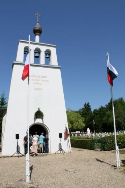 флаги России и Франции на кладбище русских солдат