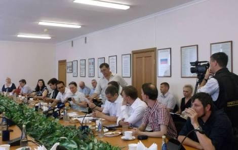 передал все документы генералу (фото Ольги Богатовой)