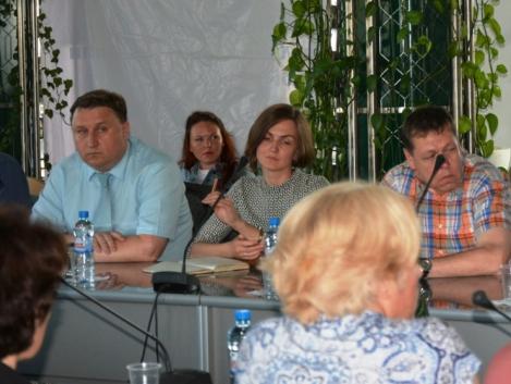 часть политизированной публики на заседании просто колотило во время выступления Покровского (он слева)