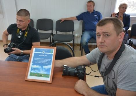 Жоголев бережно держит диплом Эко-Продукта