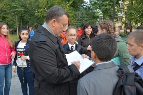 перед началом церемонии проверил дневники у ребят из своей бывшей 120-й школы