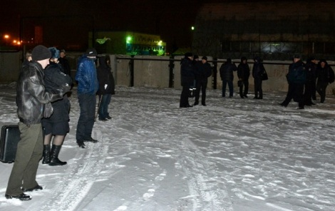 хуже всех пришлось следователю в чулочках и эксперту в кожаной куртке - зато полиция экипировалась как на Чукотку