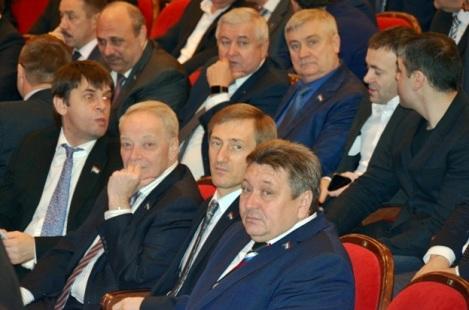 а это стайка других депутатов губдумы с обмякшим Сергеем Ивановым