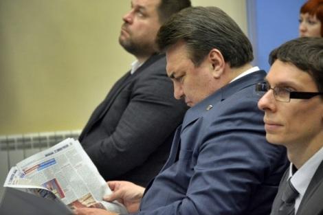 Сластенин по привычке читает газеты